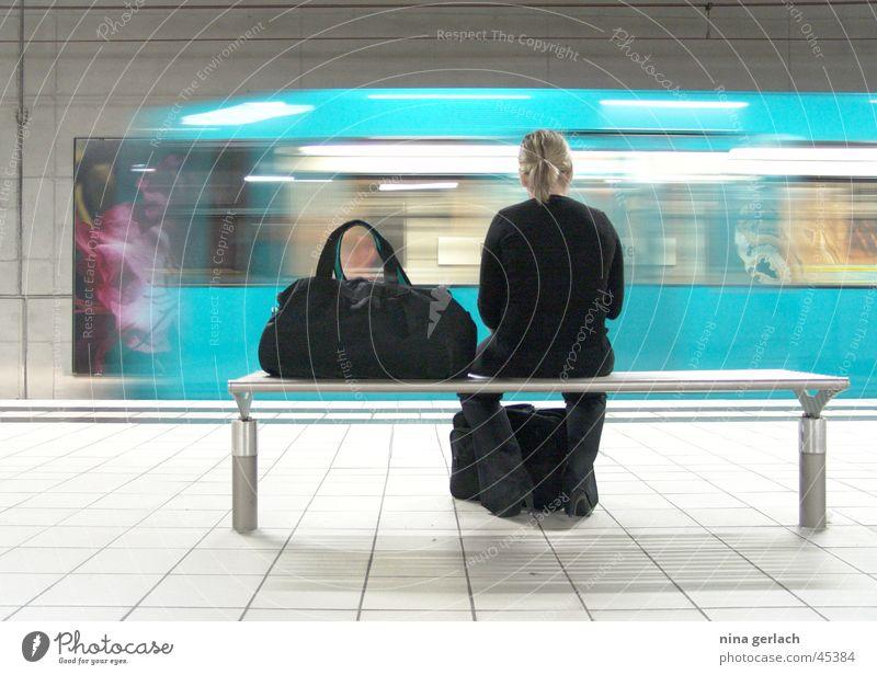 Bockenheimer Warte Frau warten Europa U-Bahn Bahnhof
