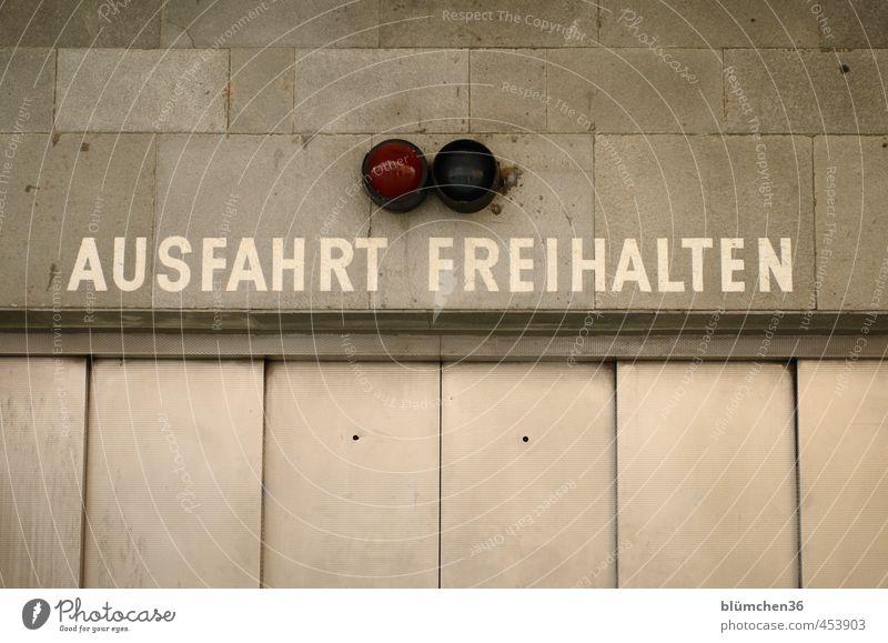 ...unbedingt! weiß Wand Mauer Gebäude grau Stein Fassade Tür trist Schriftzeichen Beton Hinweisschild Metallwaren Bauwerk Tor Stahl