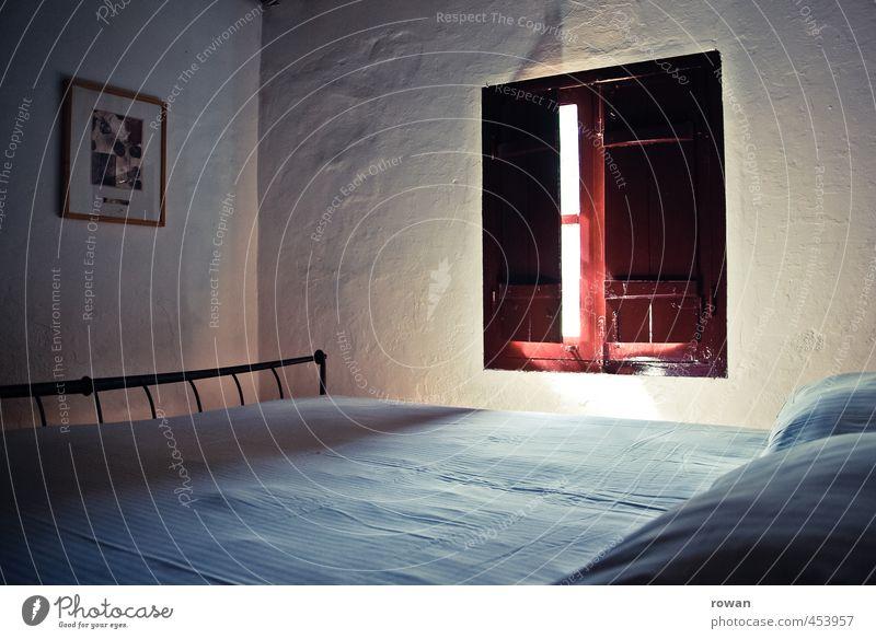 ruhe Häusliches Leben Wohnung Haus Dekoration & Verzierung Möbel Bett Schlafzimmer Einfamilienhaus Fenster einfach ruhig Erholung schlafen Kissen Fensterladen