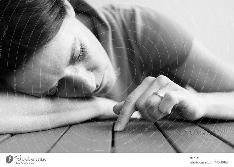 Zeit hat man nicht. Man nimmt sie sich. Mensch Frau Hand Erholung Einsamkeit ruhig Erwachsene Leben Gefühle Traurigkeit träumen Stimmung Wohnung