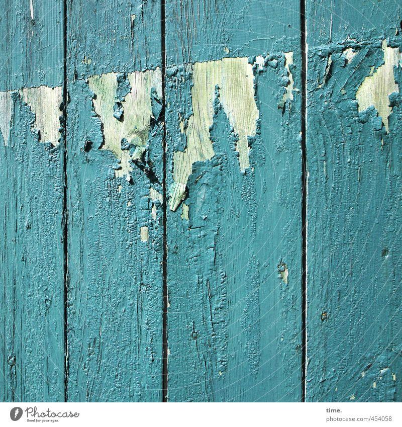 !Trash! 2013 | abgerockt Scheune Scheunentor Mauer Wand Tor Holztor Lack Holzbrett Farbstoff Linie alt gruselig hässlich kaputt rebellisch trashig Wut blau grün