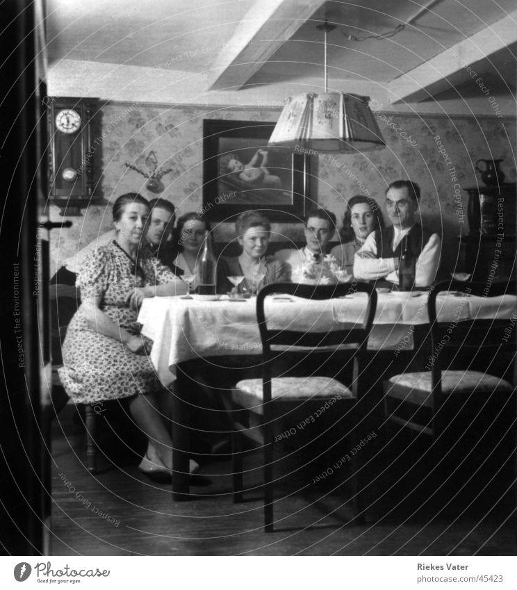 Blick ins Wohnzimmer Frau Mann Party Menschengruppe Familie & Verwandtschaft Freundschaft Feste & Feiern Körperhaltung Club Wohnzimmer