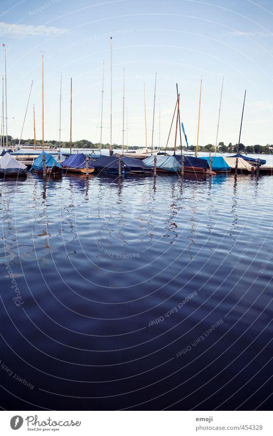 Alstersee Umwelt Natur Wasser See Fischerboot Segelboot nass natürlich blau Binnenalster Binnensee Anlegestelle Hamburg Farbfoto Außenaufnahme Menschenleer