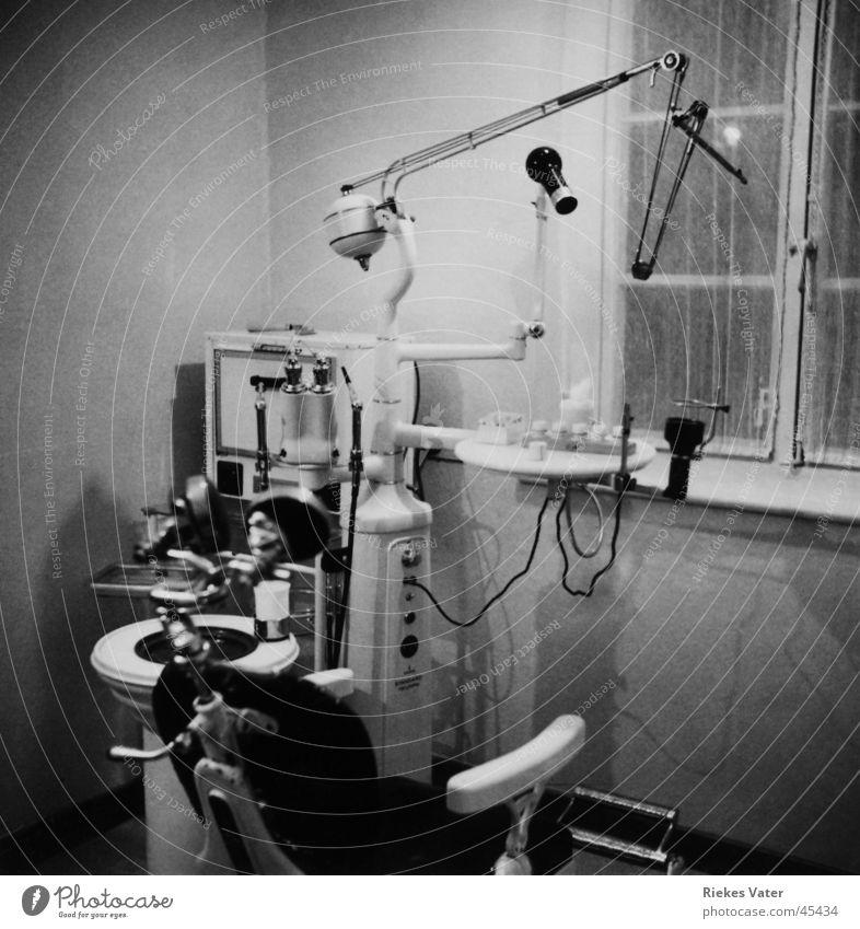 beim Dentisten Gesundheit Arbeit & Erwerbstätigkeit Angst Arzt Brücke Zähne Schmerz Baumkrone Zahnarzt Schrecken Fünfziger Jahre Praxis Folter Bohrmaschine