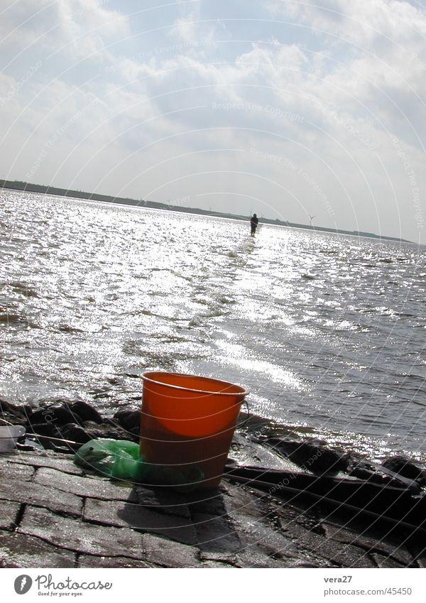 Der über das Wasser geht Mensch Nordsee Läufer Eimer Wattwandern Wasserläufer