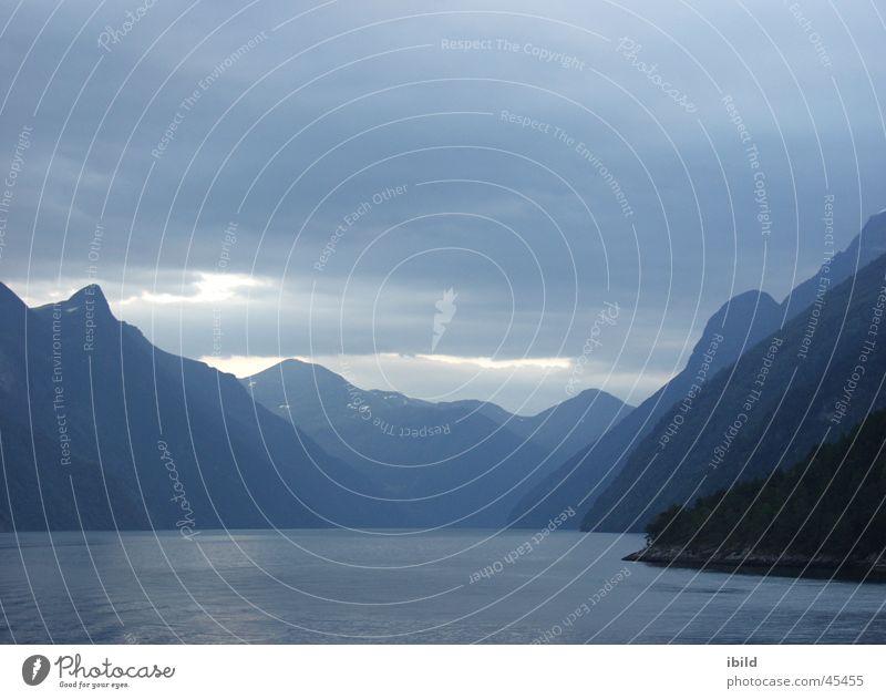 blaustufen Wasser blau Berge u. Gebirge grau Norwegen Fjord