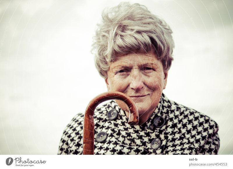 JMW III feminin Weiblicher Senior Frau Großmutter Leben 1 Mensch 60 und älter Luft Himmel Wolken Mantel kariert Spazierstock grauhaarig alt elegant Gelassenheit
