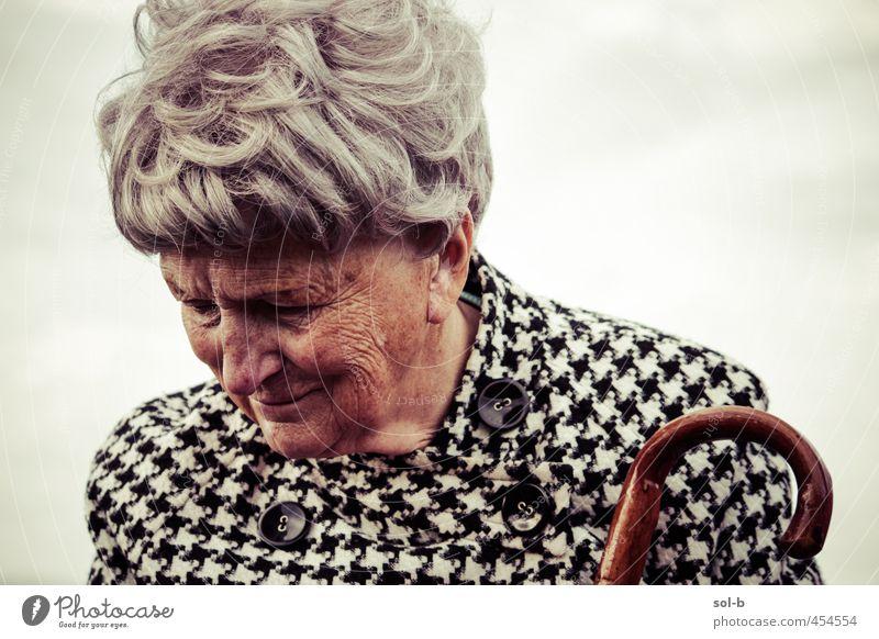 JMW II feminin Weiblicher Senior Frau Großmutter Leben 1 Mensch 60 und älter Luft Himmel Wolken Mantel Spazierstock grauhaarig alt dunkel elegant Weisheit Sorge