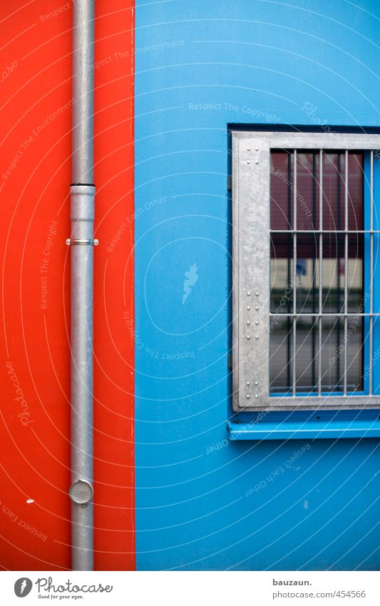 rotblau. Fenster Wand Mauer grau Stein Linie Metall Fassade Glas Beton bedrohlich Sicherheit Industrie Schutz