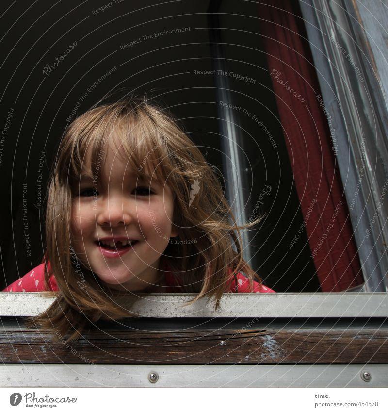 Lienchen Müller Mensch Kind Mädchen Freude Fenster Wand Leben feminin Mauer lustig lachen Glück natürlich blond Zufriedenheit Kindheit