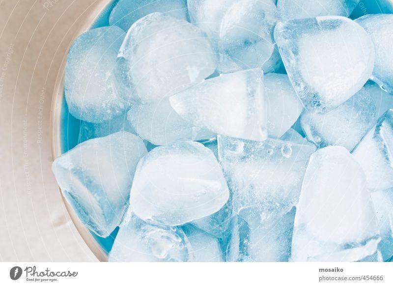 Nahaufnahme von Eiswürfeln in einer blauen Schale - Studioaufnahme von oben Schalen & Schüsseln Lifestyle Leben Küche Restaurant Wasser frieren Coolness hell