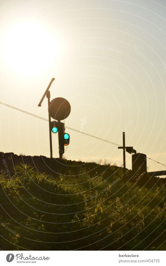 Geduld   Heimweh Umwelt Himmel Sonne Wiese Verkehrswege Ampel Schienenverkehr Bahnfahren Gleise Schilder & Markierungen Hinweisschild Warnschild Linie leuchten