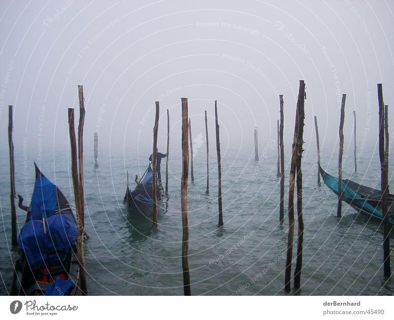 Venedig im Nebel Meer Europa Gondel (Boot) Dunst Vor hellem Hintergrund Holzpfahl Anlegestelle Menschenleer Textfreiraum oben