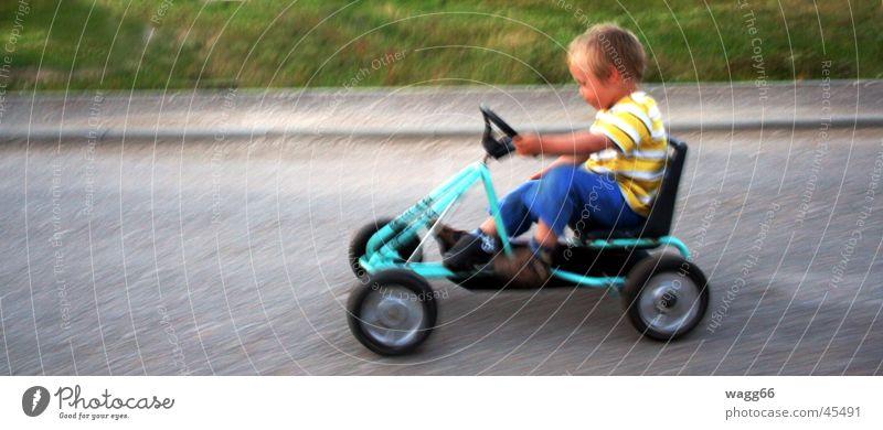 Speedy ! Kind Kettcar Fahrzeug Geschwindigkeit Verkehr führen Spielzeug Mensch Straße Rad lenken trappen.