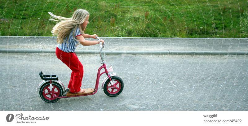 Roll(er) Away! Mensch Kind Straße Spielen Wind Spielzeug Tretroller