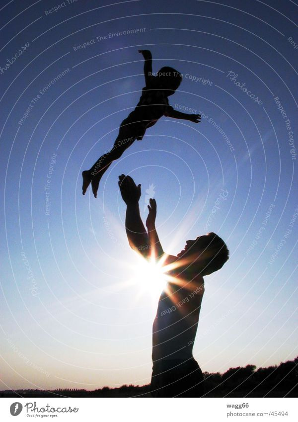 schau mich an, ich fliege! Familie & Verwandtschaft Mann Kind Sonne silouette werf Abenddämmerung