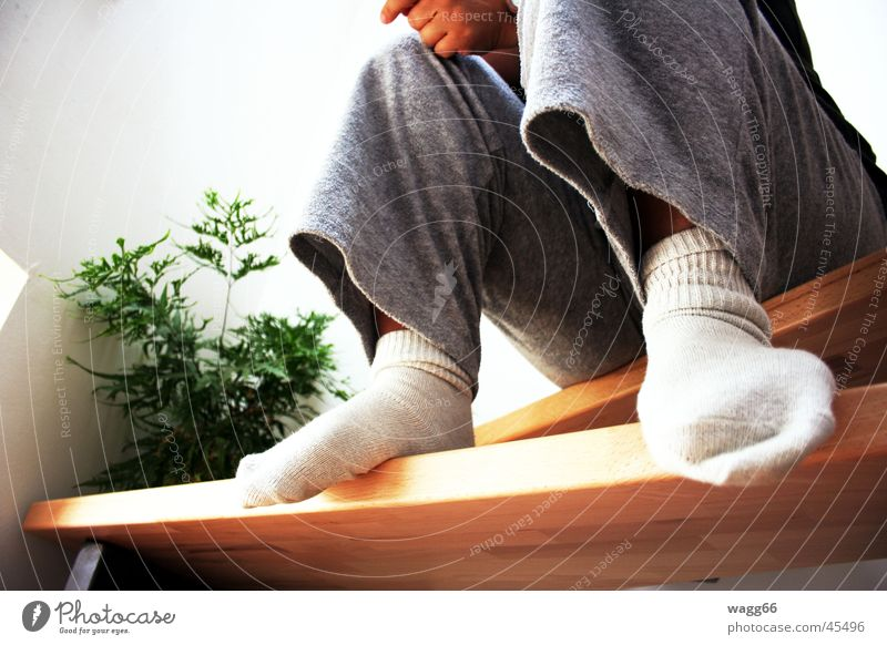 lazy sonntag Frau Beine sitzen Treppe Strümpfe Haushalt bequem