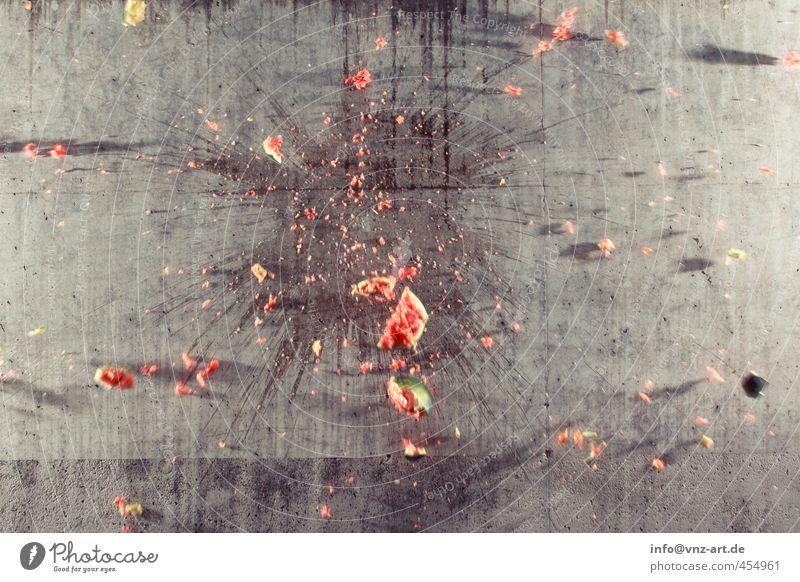 Flash Mauer Wand Aggression grau rot Melonen Explosion Unfallgefahr Schaden Verletzungsgefahr Wassermelone zerschlagen Farbfoto Außenaufnahme Experiment