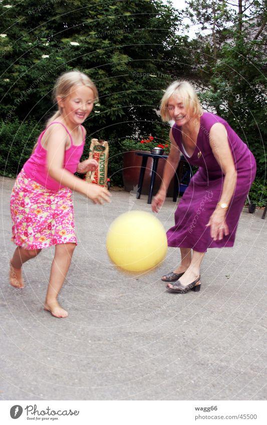 fang den ball Ballsport Familie & Verwandtschaft Spielen lachen happy Garten