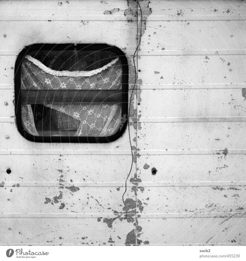 Dahoam is dahoam alt Fenster Metall Wohnung Häusliches Leben Glas Spuren verfallen trashig Gardine Blech bequem Luke Container wohnlich Wohncontainer