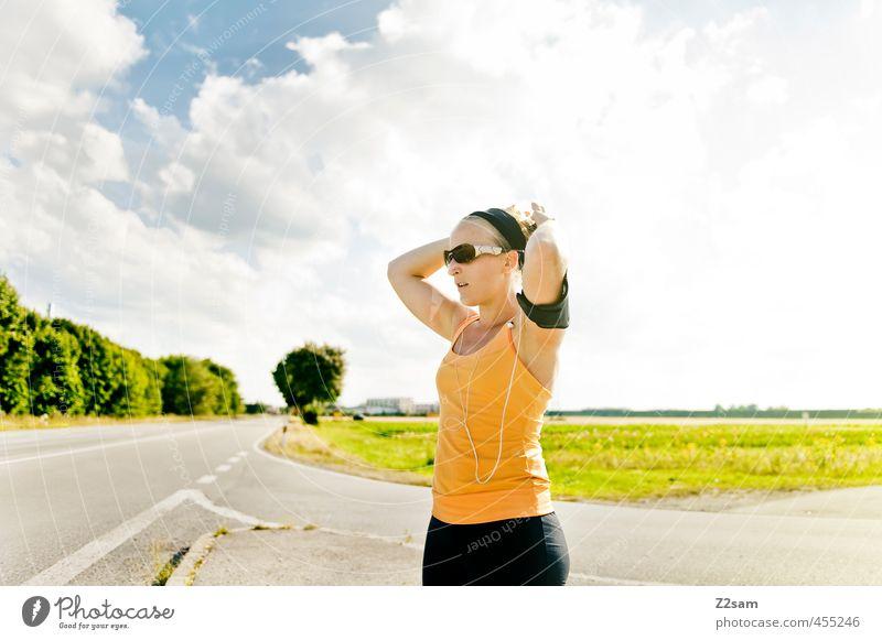 zwangspause Himmel Jugendliche schön Sommer Junge Frau Landschaft Wolken Erwachsene 18-30 Jahre Wiese Straße feminin Sport Wege & Pfade Freizeit & Hobby blond