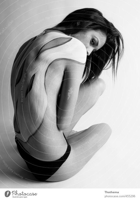 painted Mensch feminin Junge Frau Jugendliche 1 18-30 Jahre Erwachsene Unterwäsche brünett langhaarig hocken ästhetisch außergewöhnlich dünn Gefühle Schutz