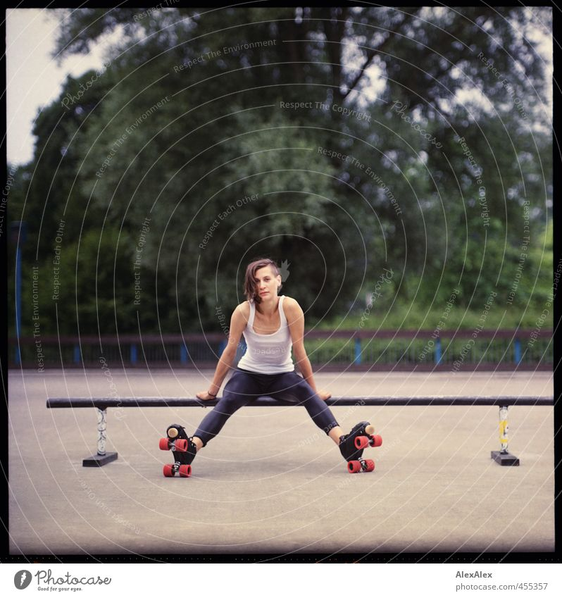 Rollergirl rettet die Welt! Freude Rollschuhfahren Rollschuhe Skaterbahn Junge Frau Jugendliche 18-30 Jahre Erwachsene Jugendkultur Baum Park Hemd Leggings