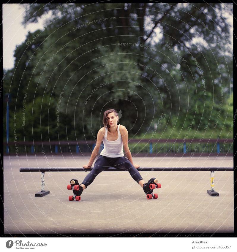 Rollergirl rettet die Welt! Jugendliche schön Baum Erholung Junge Frau Freude Erwachsene 18-30 Jahre Sport Park Kraft sitzen authentisch ästhetisch Coolness Jugendkultur