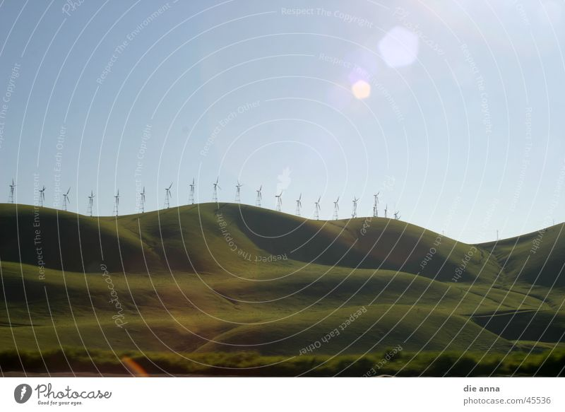 landschaft mit windrädern Natur Sonne grün Wiese Gras Berge u. Gebirge Windkraftanlage Hügel Blauer Himmel
