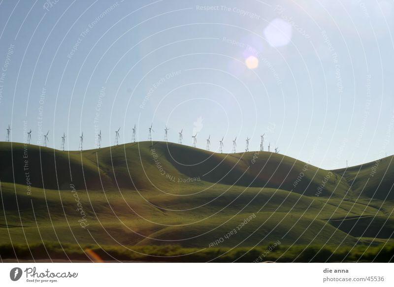 landschaft mit windrädern Wiese Hügel grün Gras Berge u. Gebirge Windkraftanlage Sonne Blauer Himmel Natur
