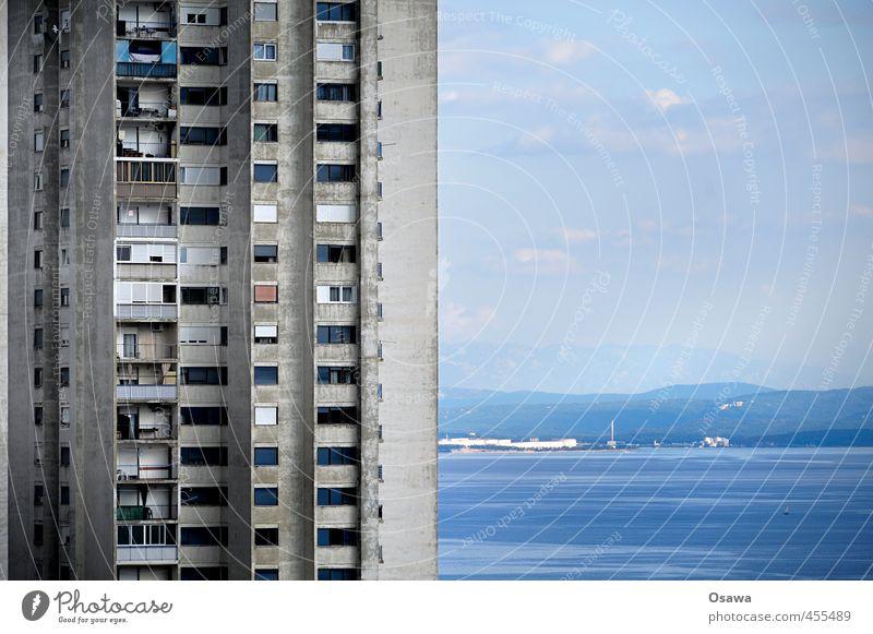 Rijeka Meer Haus Wasser Horizont Gebäude Architektur Fassade Balkon Fenster Beton alt blau grau Wohnhaus Wohnhochhaus Plattenbau verfallen verwittert Aussicht