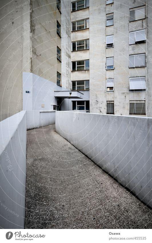 Rijeka Haus Menschenleer Hochhaus Bauwerk Gebäude Architektur Mauer Wand Fassade Fenster Tür Wege & Pfade Beton alt trist grau Wohnhaus Wohnhochhaus Eingang