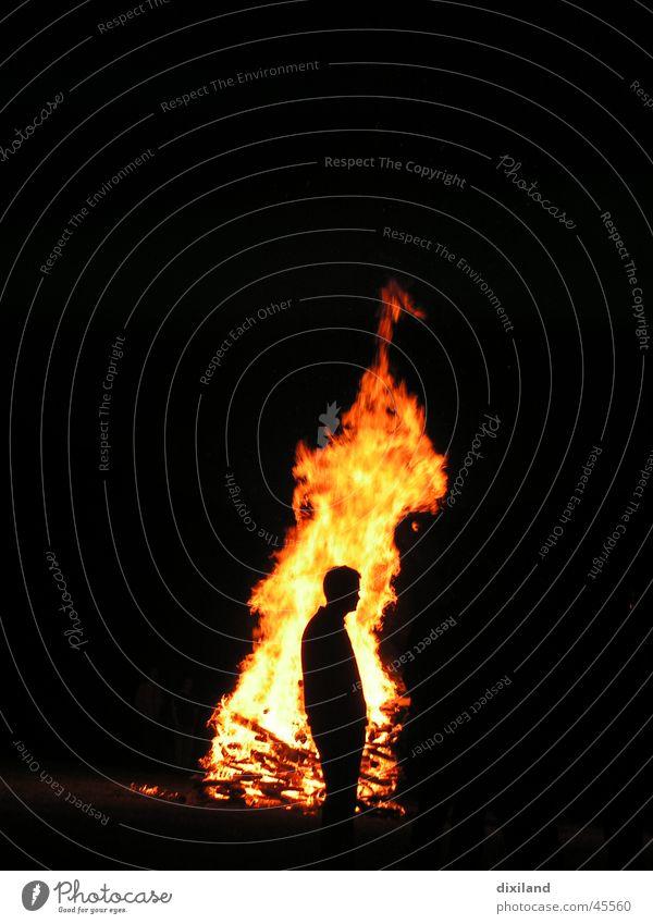 Ein heisser Typ Nacht Mann Brand Sonnwend Feuerstelle Idylle am Feuer Mensch