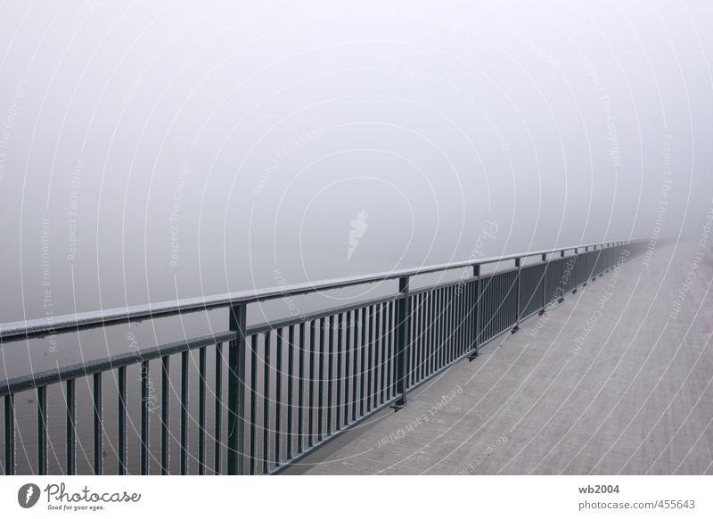 Geländer im Nebel Brückengeländer Beton Stahl Wasser kalt Farbfoto Außenaufnahme Menschenleer Morgen Schwache Tiefenschärfe Weitwinkel Blick in die Kamera