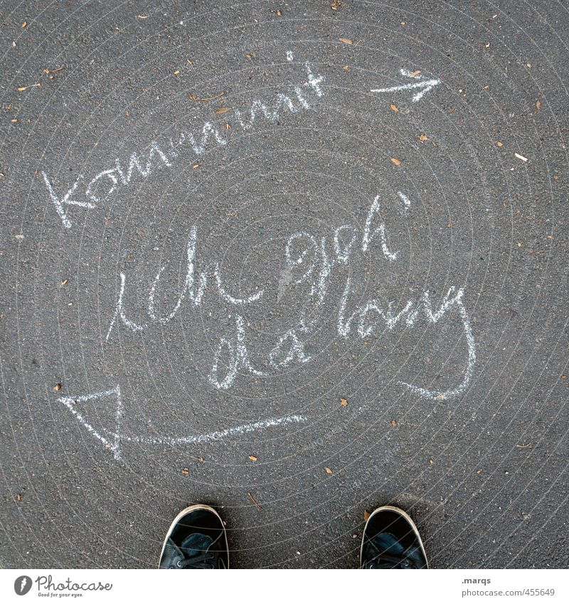 Unabhängigkeit Straße Wege & Pfade Zeichen Schriftzeichen Hinweisschild Warnschild Pfeil gehen Willensstärke Mut Erwartung Perspektive Selbstständigkeit