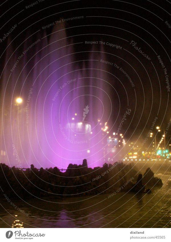 Spiel von Wasser und Licht Brunnen Wien Architektur Hochstrahlbrunnen Farbe Wasser. Nacht
