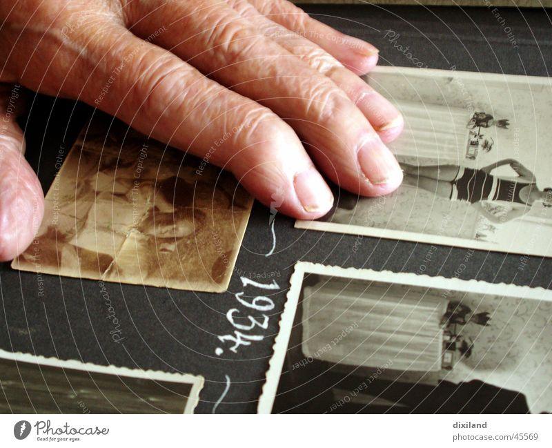 Bademode annodazumal Frau Hand Jugendliche alt Fotografie Zeit Finger Familie & Verwandtschaft Vergangenheit Großeltern Erinnerung früher Gegenwart Fotoalbum