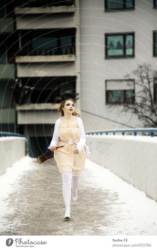 Running feminin Junge Frau Jugendliche 1 Mensch 18-30 Jahre Erwachsene Gitarre Winter Skyline Haus Brücke Kleid Bewegung laufen rennen bedrohlich Stadt grau