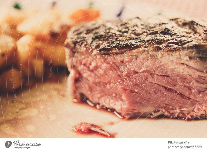 A Steak a day keeps the doctor away. Lebensmittel lecker Teller Fleisch Blut saftig Kartoffeln Steak Rindfleisch gebraten