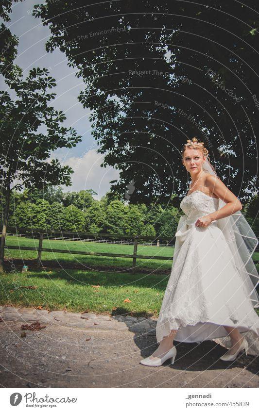 Here comes the Bride Mensch feminin Junge Frau Jugendliche Körper 1 18-30 Jahre Erwachsene gehen Braut Brautkleid weiß Kleid Asphalt hochhalten Energie dünn