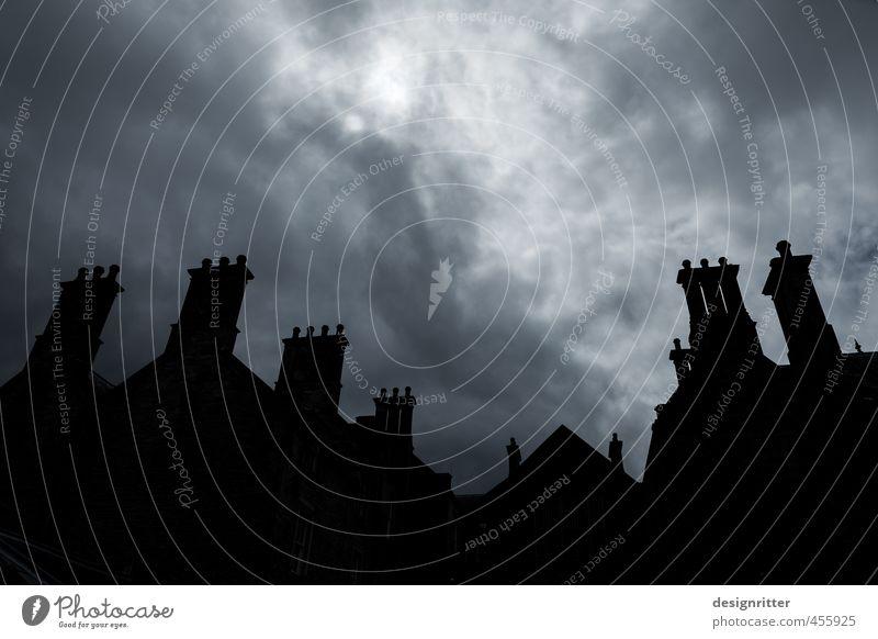 Wochenendhäuschen Himmel alt Wolken Haus schwarz dunkel Architektur Gebäude grau Fassade groß Dach Burg oder Schloss Bauwerk gruselig Unwetter