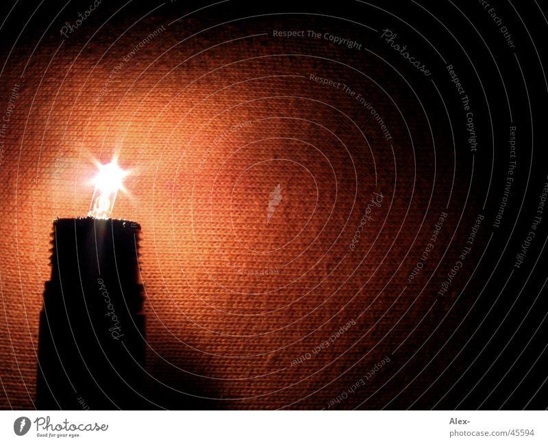 light in the darkness ruhig Lampe dunkel Wärme braun Beleuchtung orange Geborgenheit Glühbirne einzeln Ocker