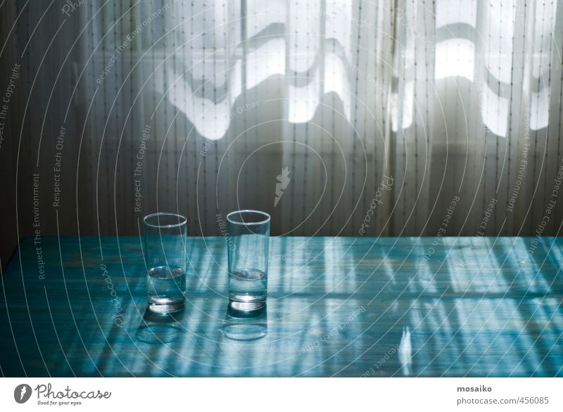 Licht und Wasser - Gläser auf einem blauen Tisch - vor einem Fenster Diät Fasten Trinkwasser Glas Design Leben Sinnesorgane Erholung ruhig Meditation