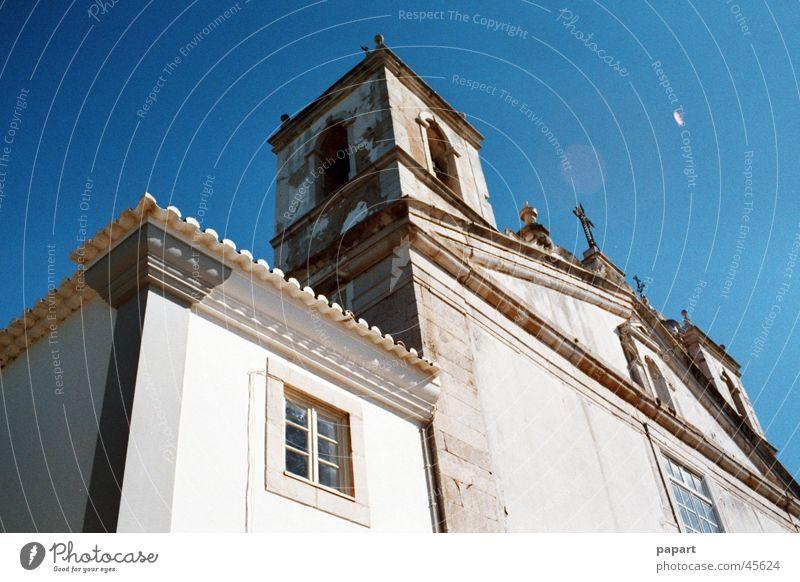 Church Religion & Glaube Götter Haus Gebäude Himmel blau Sonne Licht Perspektive erhaben vertikal steil Sommer Gebet Gotteshäuser Geständnis Sühne Turm Erker