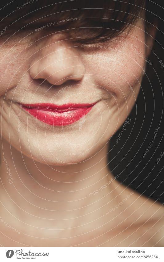 :-) schön Lippenstift Rouge Junge Frau Jugendliche Erwachsene Haare & Frisuren Gesicht 1 Mensch 18-30 Jahre brünett Pony Lächeln lachen träumen Freundlichkeit