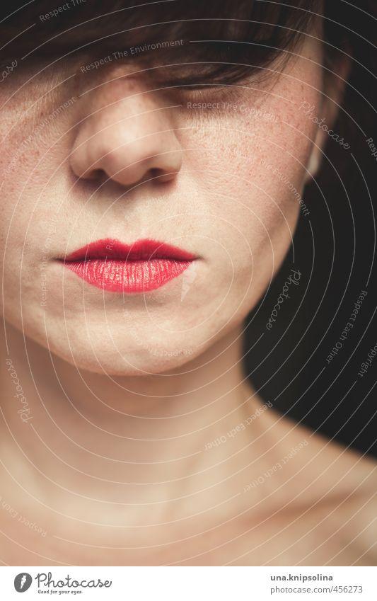 :-I schön Haare & Frisuren Haut Gesicht Lippenstift Rouge Frau Erwachsene 1 Mensch 18-30 Jahre Jugendliche brünett Pony Denken elegant kalt Erotik selbstbewußt