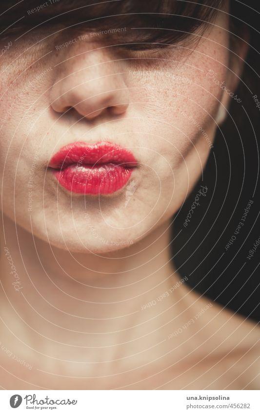 :-* schön Haare & Frisuren Haut Gesicht Lippenstift Frau Erwachsene 1 Mensch 18-30 Jahre Jugendliche brünett Pony Küssen Liebe träumen natürlich Erotik feminin