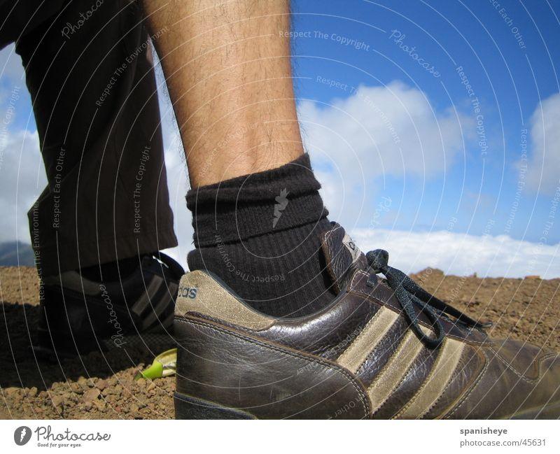 Auf Wolken laufen Mensch Himmel blau ruhig Sport Schuhe Beine Graffiti braun maskulin nah Freizeit & Hobby
