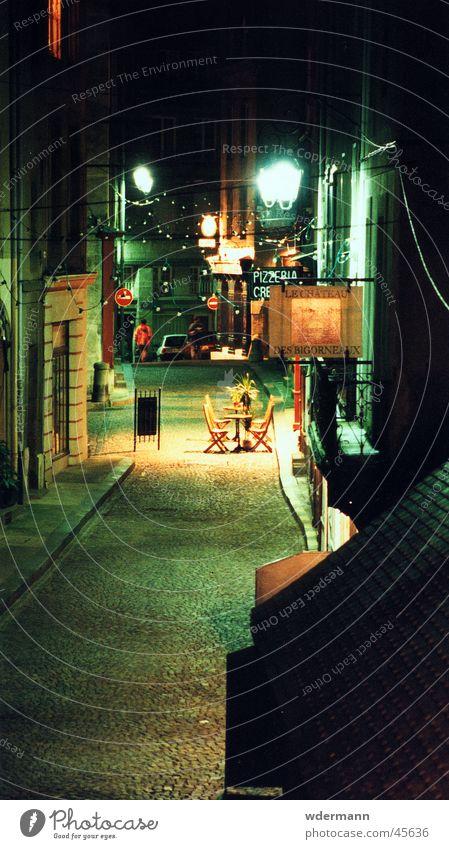 Deserted alleyway in St. Malo, France Stadt Nacht Gasse Stuhl Restaurant Frankreich Europa night lane chairs france