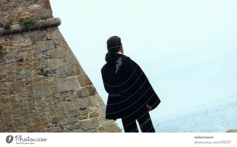 Man looking at the sea Himmel Mann Meer Mauer Mantel langhaarig hell-blau man sky back coat lon hair light blue Rücken